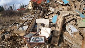 Pozostałości po rozbiórce starego  domu  przy ul Topolowej w Roczynach