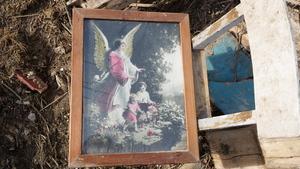 Obrazek z Aniołem Stróżem; pozostałości po rozbiórce domu w Roczynach (ul. Topolowa)