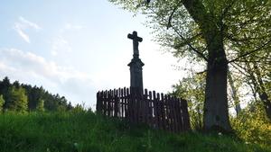 Krzyż przydrożny w Targanicach. Na granicy z Brzezinką Dolną.