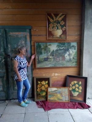Krystyna Łysoń ze swymi obrazami, fot. D. Rusin