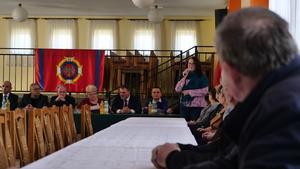 Regina Pazdur na zebraniu wiejskim w Rzykach