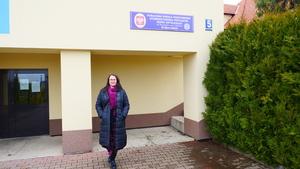 Regina Pazdur przed miejscem zebrania wiejskiego w Brzezince