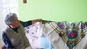 Maria Cibor prezentuje zabytkową chustę, fot. R. Pazdur