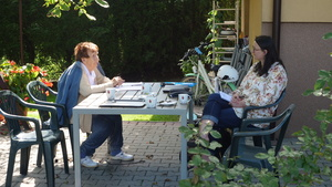 Leokadia (Anastazja) z Walusiaków Osowska  podczas rozmowy z Reginą Pazdur, fot. M. Kudłacik