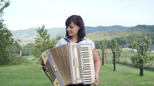 Joanna Płonka z akordeonem dziadka Jana Rajdy, fot. R. Pazdur