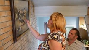 Bożena Gajos  prezentuje Maciejowi Kudłacikowi obrazy swego męża, fot. R. Pazdur