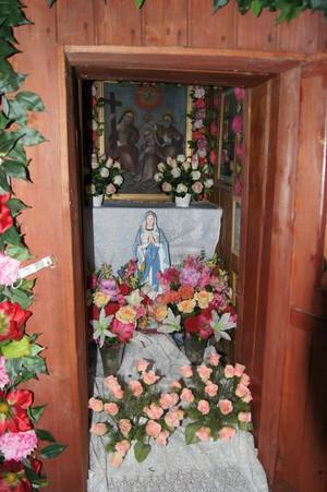 Wnętrze drewnianej kapliczki przy czarnym szlaku z Rzyk Praciaków na Potrójną, koło Czarnego Gronia, z obrazem przedstawiającym ukoronowanie Mati Bożej przez Trójcę Świętą, fot. D. Rusin