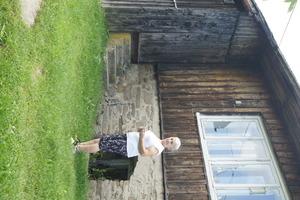 Genowefa Mikołajek przy szkole na Równicach, fot. D. Rusin