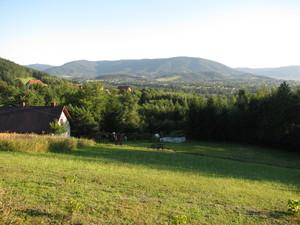 Droga na zielonym szlaku w kierunku z Pańskiej Góry na Biadasów – widok na Beskid Mały. fot. D. Rusin